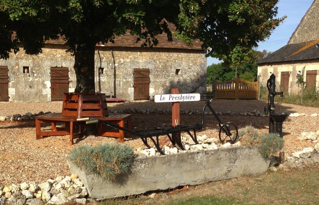 Le Presbytere gites courtyard